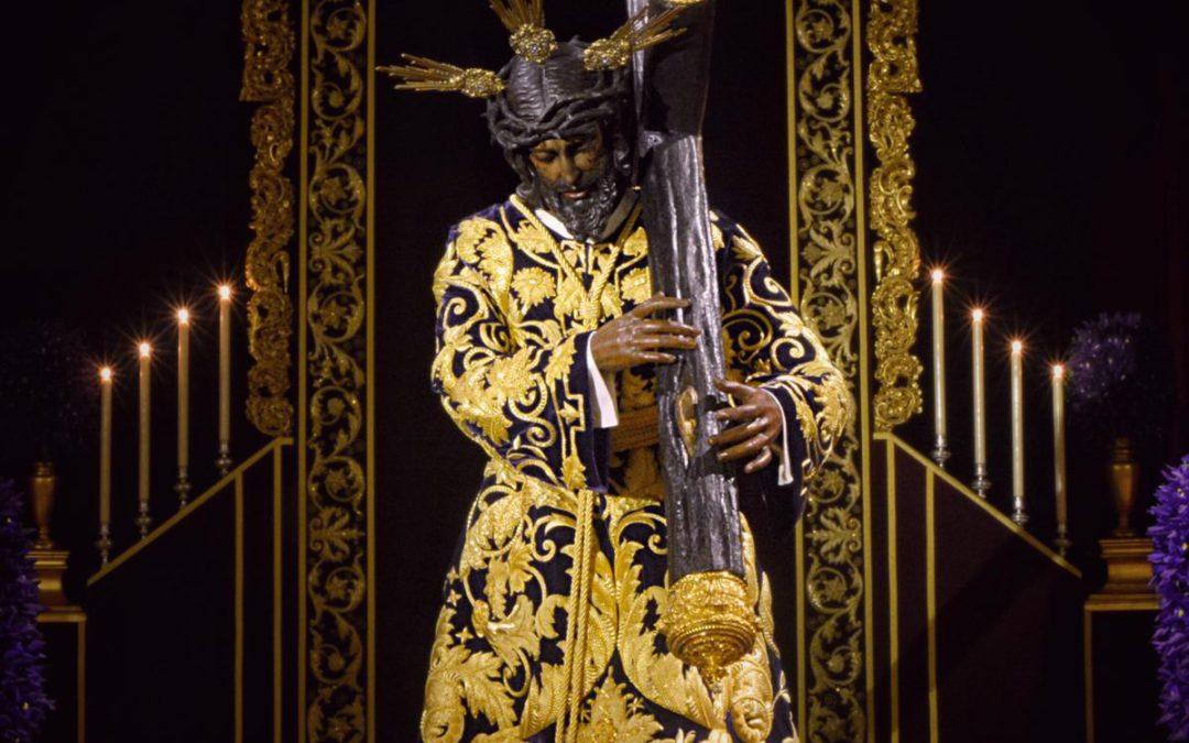 Túnica bordada para el Señor de la Salud y manto burdeos para la Virgen de las Angustias