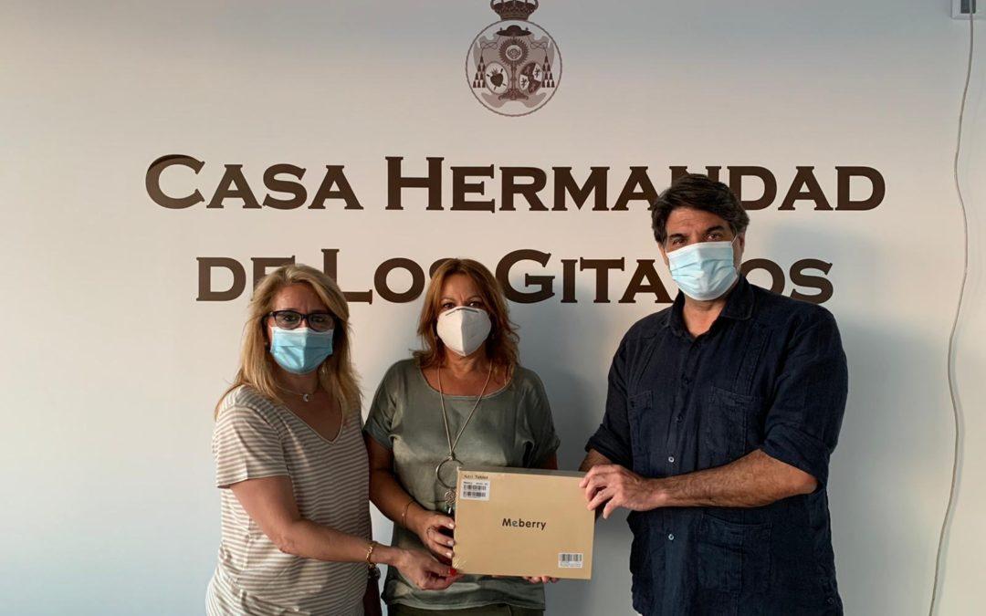 """La Hermandad de Los Gitanos pone en marcha el Proyecto """"Conectados"""" con la cesión de 20 tablets"""